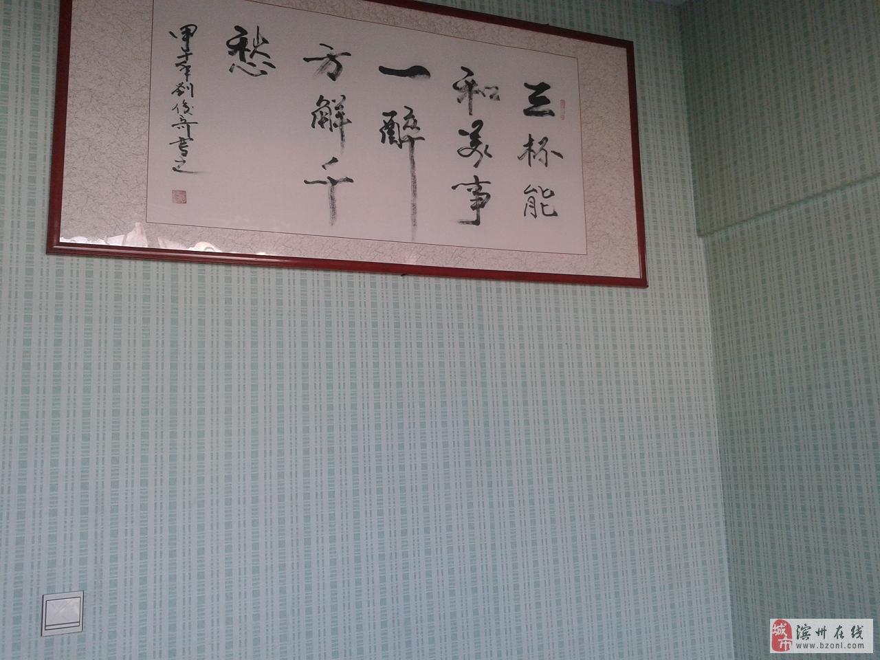 玻纤壁布采用天然石英材料精制而成,天然的石英材料造就了玻纤壁布环保,健康,超级抗裂的品质,功能特点: 1、绝对环保 2、耐擦洗3、可消毒 4、不发霉 5、防开裂虫蛀 6、防火性强 7、应用广泛 玻璃纤维壁布,墙纸,油漆等墙面装饰的对比 壁布与普通墙纸和乳胶漆的性能比较 一、原材料材质比较 壁布采用100%天然石英制成,被世界卫生组织誉为绝对卫生安全的材料,普通的墙纸就是纸基、布基、PVC塑料:而乳胶漆是采用环保丙烯酸乳液制作的。 二、使用年限 壁布可以使用寿命可达10年以上,普通的墙纸可以使用年限4年,