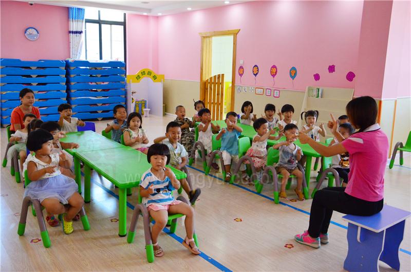 大风车双语幼儿园户外活动
