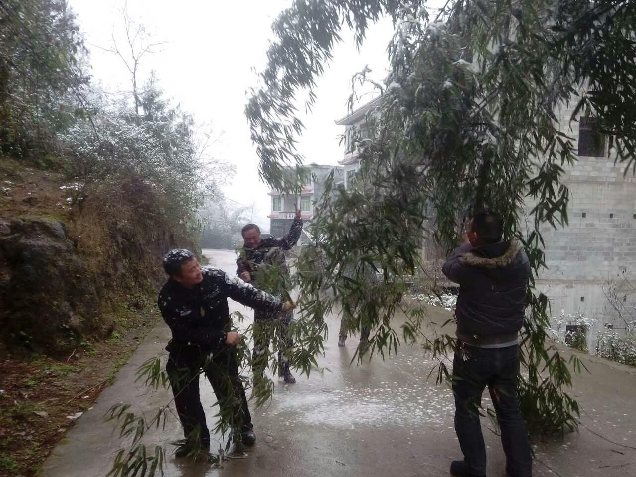 凤冈县石径乡开展新一轮降温雪凝天气道路交通安全检查排查工作