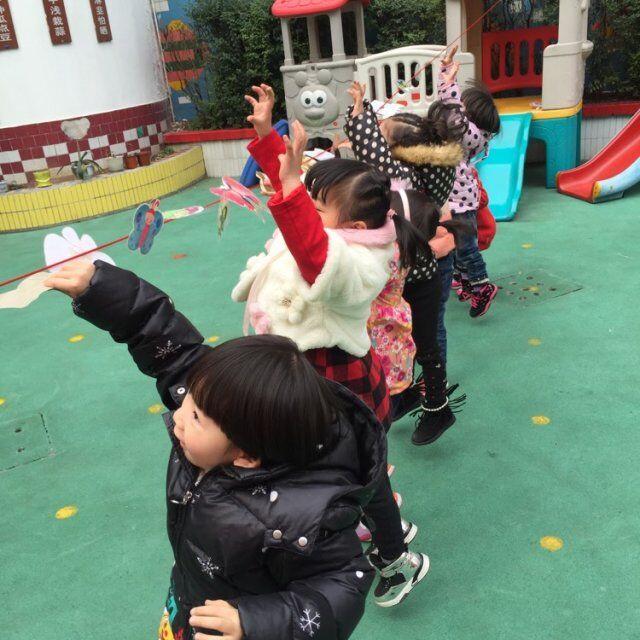 幼儿园小班自制体育器械捉蝴蝶