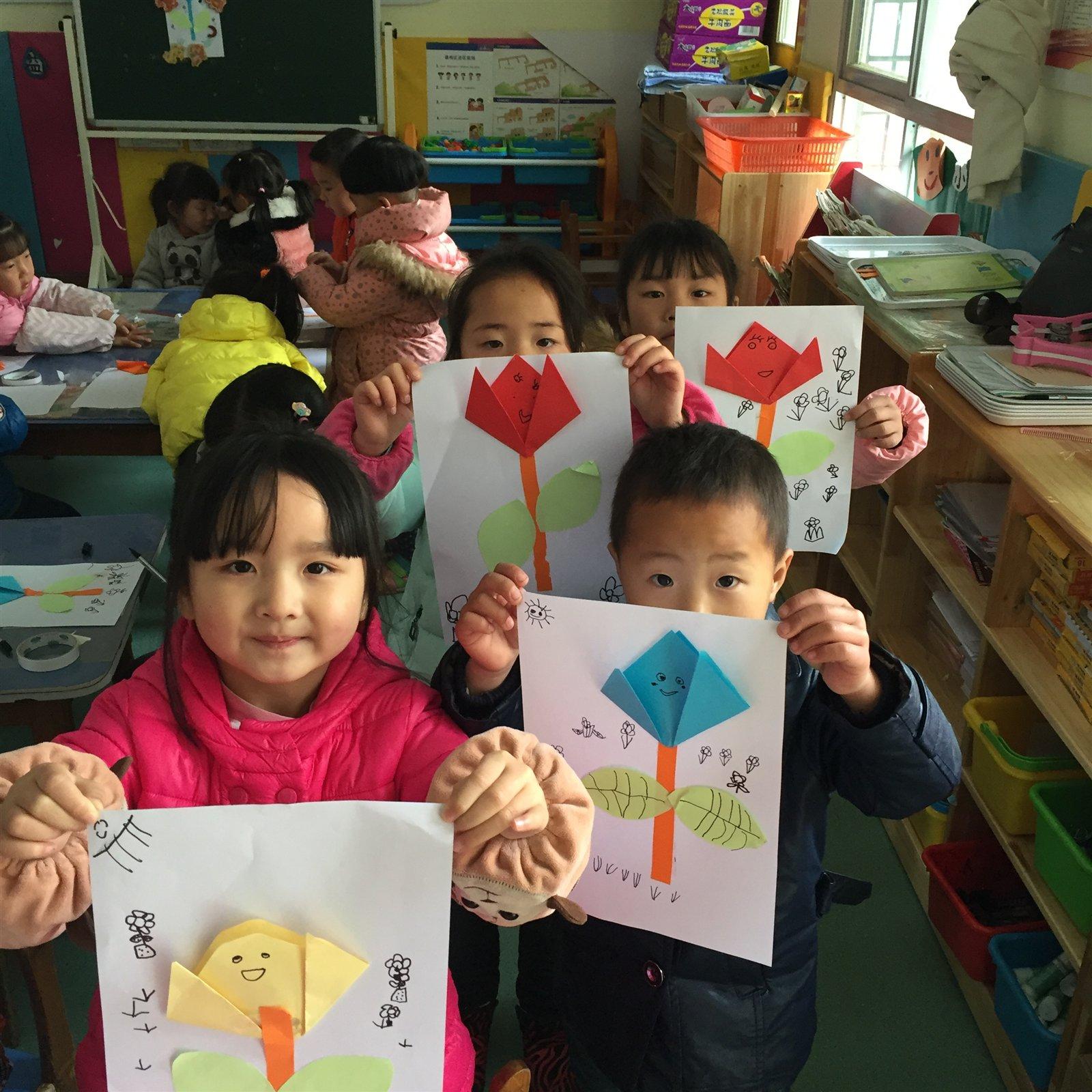春天是百花齐放的季节,孩子们对于花花草草都有着特殊的好奇心。郁金香又是孩子们在日常生活中比较少见到的,为了丰富孩子们的知识面,也为了提高孩子们的动手能力,本周班级组织了折纸活动:春天的郁金香。让幼儿学习用对角折的方法折出郁金香,然后添加叶子和茎。 孩子们一个个兴致很高,在老师的引领下,一朵朵看似笨拙幼稚却饱含孩子心血和思想的郁金花脱颖而出,孩子们兴致勃勃的相互评头论足,交流留影,寓教于乐中不但提升了孩子的动手操作能力,也丰富了孩子的视野和实践。