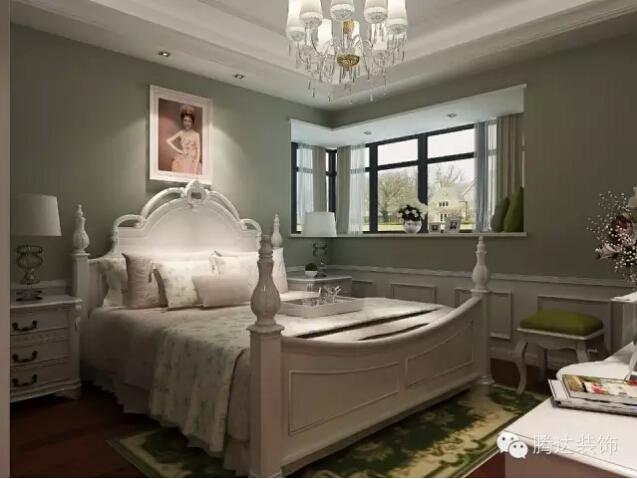 和皮雕与沙发背景的冷色调的墙纸形成了一个冷暖对比