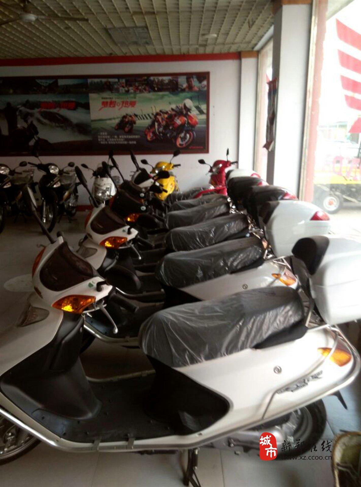 公司拥有骑式车、踏板车、弯梁车等二十七款车型,一百多个品种。这些产品凭借质量优异、款式新颖、加速性能优越和耗油量小而深受市场欢迎。从本田公司引进开发的WY125畅销大江南北,SCR100踏板车引发了中国市场的踏板车革命,SPACY100成功返销日本,2006年国内第一款集欧排放标准、电喷、水冷于一身的佳御110问世, 2007年LEAD110顺利下线并进军日本、欧洲等高端市场,行业关注的目光再次投向五羊本田。2009年,此车型成为国内第一款取得国家全项许可(公告、环保以及3C)的国III车型。公司的销售